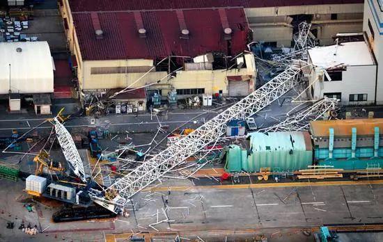 【行业百科】苍天绕过谁?自己的1250吨吊车轰然倒地,4人死伤!