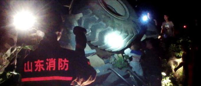 泰安:鏟車翻進棉花地 司機被困駕駛室