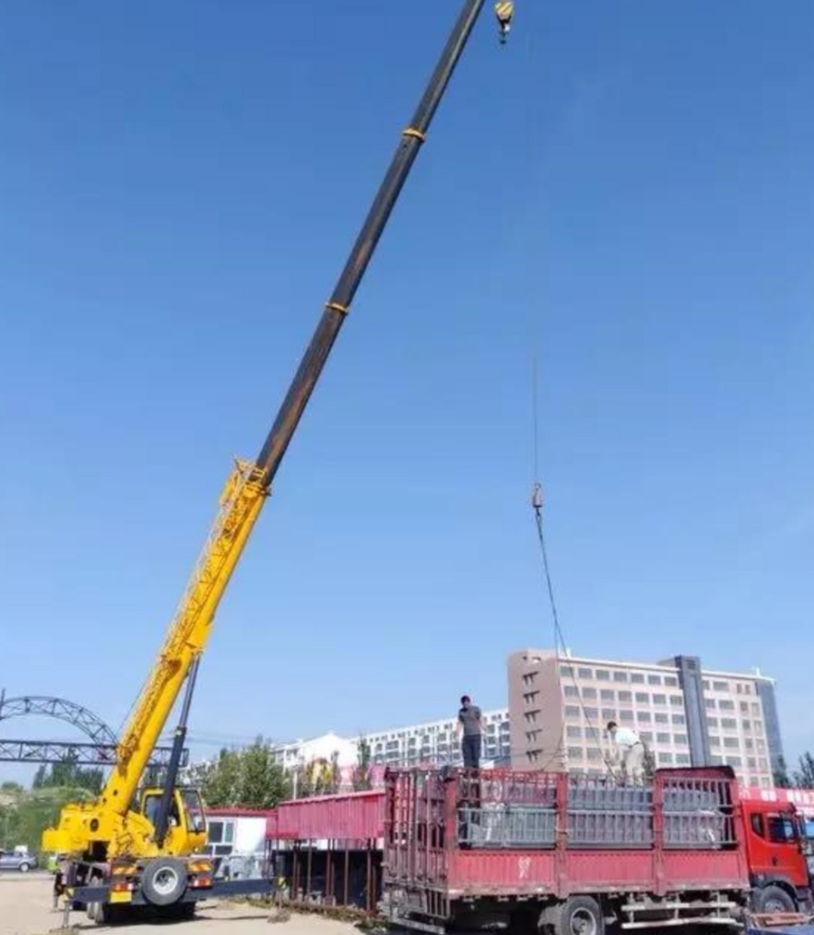 柳工起重机助力呼和浩特北二环建设