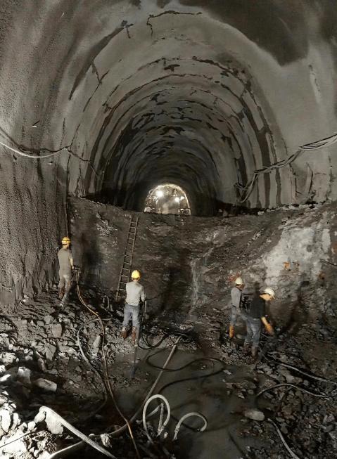 24小时隧道施工,不见天日的工作,挖机人告诉你他怎么看!(图2)