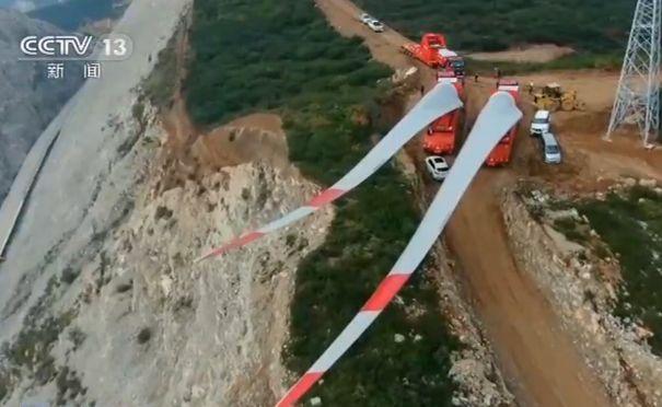 """比""""山路十八弯""""还多两弯,他们怎么把70米长的""""大羽毛""""运上山?"""