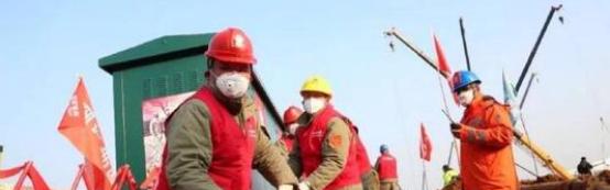 """棱镜丨为""""火雷神山""""工人发工资:开工第一天5000万工程款就下来了"""