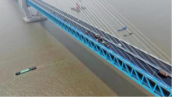 解決世界級難題:福格勒攤鋪機+悍馬壓路機助力滬通長江大橋鋼橋面高效攤鋪