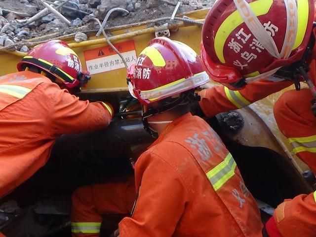 突發!拆房現場挖掘機連人帶車被埋,義烏消防80分鐘挖出一條逃生出口