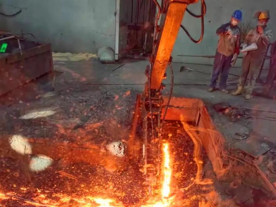 """1000°C高溫從容作業,這臺三一挖掘機""""火了"""""""