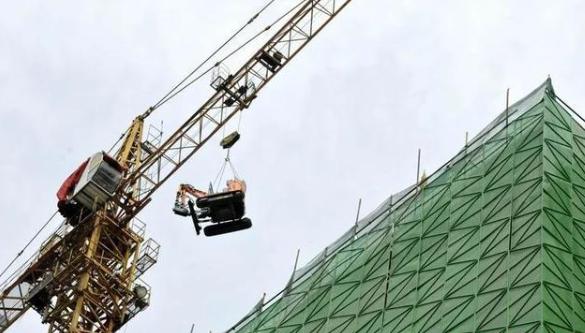 【趣闻】挖掘机飞上了21楼 安阳开启高楼拆除违建