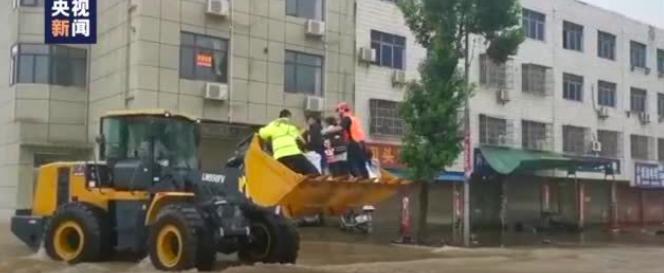 突发!9人被埋,数百高考生因暴雨被困,徐工铲车来相助!