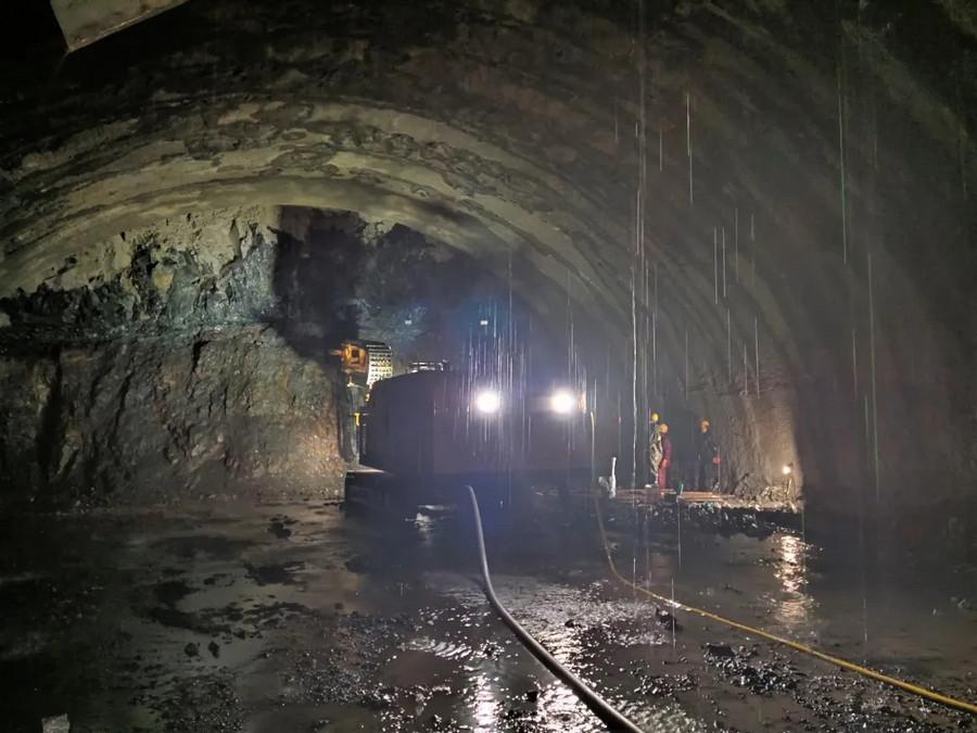 超前地質預報施工利器,鐵建重工DGZ150系列多功能鉆機亮劍梁王山隧道!