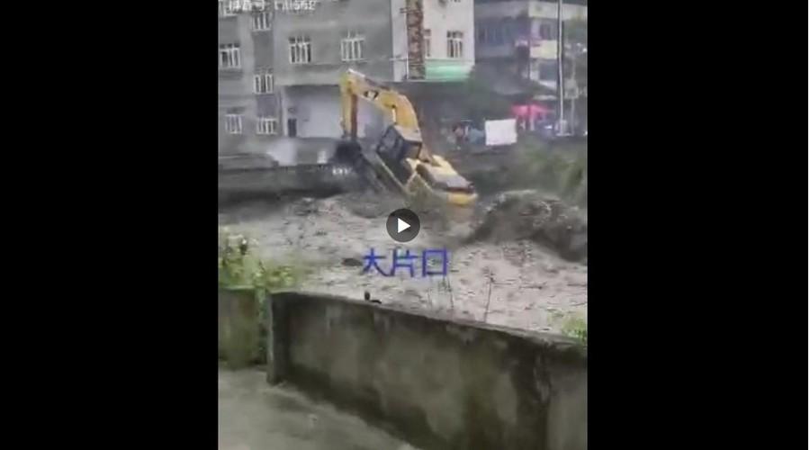 視頻  北川滔天濁浪里,挖掘機為啥敢驚險施工?