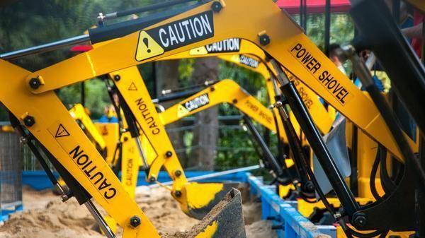 歐美中產家庭開始流行買挖掘機玩了?