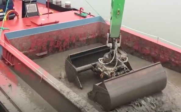 河道污泥清理工程机械的卸料作业,一分钟可以抓取30吨污泥