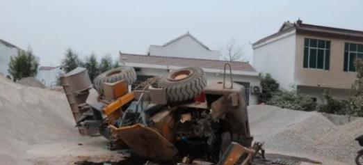 萧县男子酒后开挖掘机砸坏邻居铲车 被警方采取强制措施