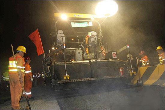 2台徐工RP600型摊铺机在首都五环大作为