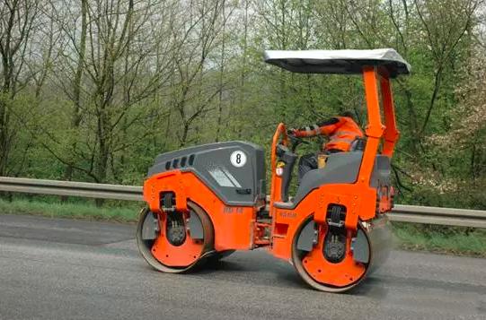 悍馬16款小型壓路機配備振蕩壓實技術