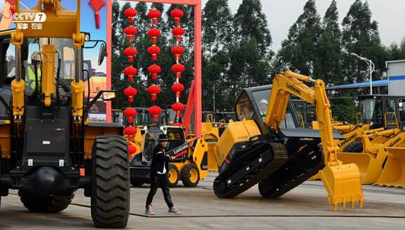 柳工国三阶段CLG915E首秀 即摘得吉尼斯世界纪录