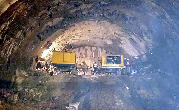 岑水高速凿岩机加紧施工计划年内通车