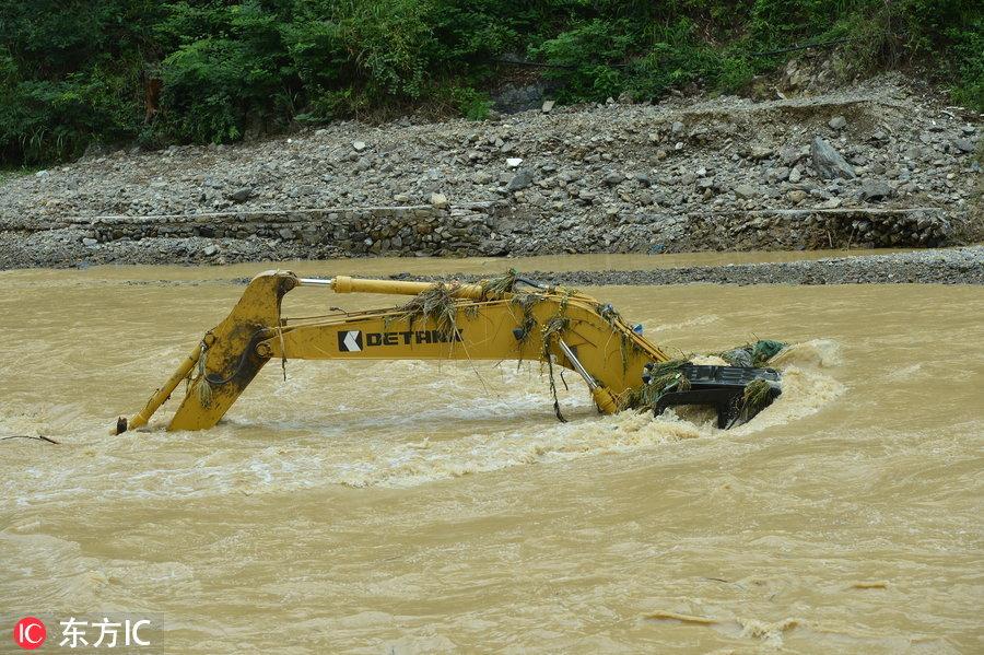 貴州山洪成災 大型挖掘機也難逃沒頂