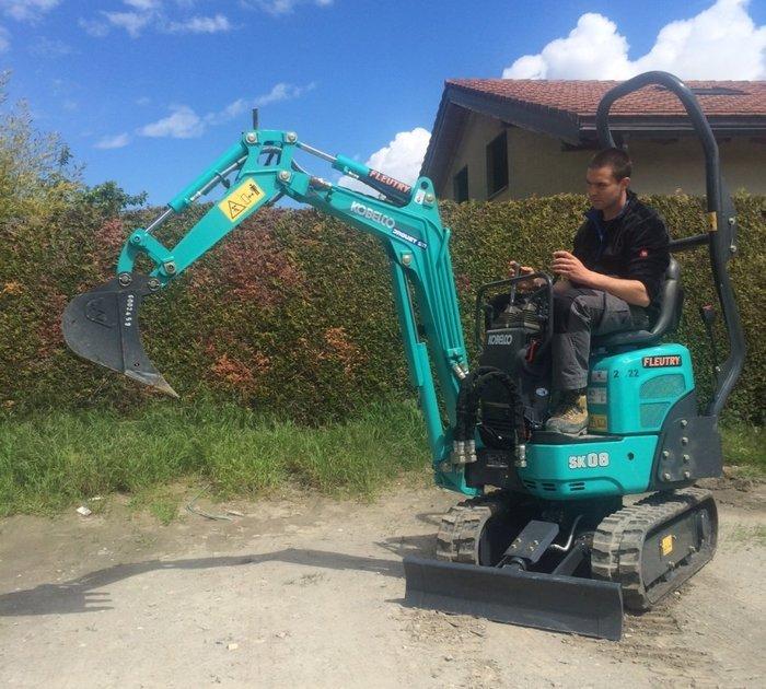 神鋼最小迷你挖掘機,操作重量僅1噸,才10.5馬力!