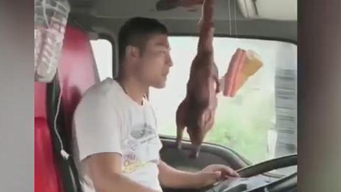 【甲友圈视频】板车司机忙坏了,饭都是边走边吃的