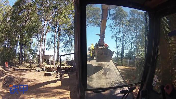 【眼界】精细操作 看如何将小型挖掘机从倾斜盘上拖出