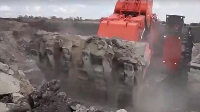 【眼界】日立EH2101矿工挖掘机工作场景堪比大片