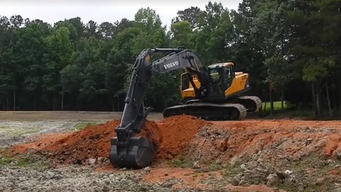 【眼界】沃尔沃大挖机又松土来又挠平 360度炫技