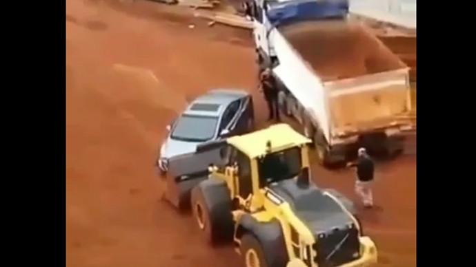 【甲友圈視頻】惹怒鏟車司機,直接把SUV汽車掀翻