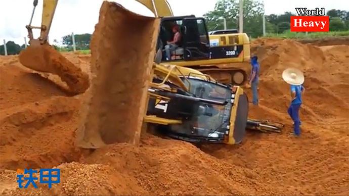 【眼界】心惊肉跳,挖掘机各种惊险操作合集!