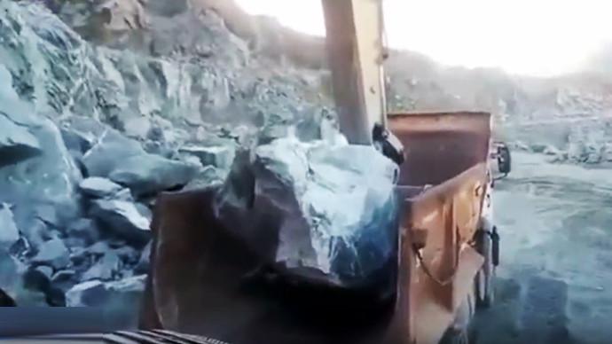 【眼界】矿山作业危险大 山体滑坡险脱逃