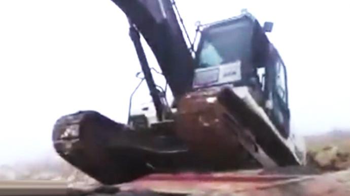 【眼界】挖机大了上个车都难 七倒八歪!!