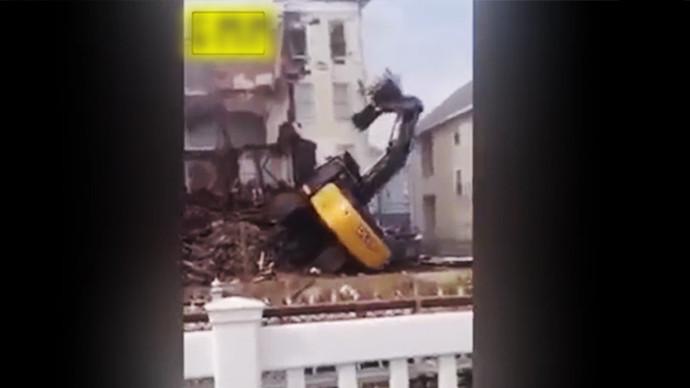 【眼界】笑死宝宝了 挖机拆楼楼没倒它倒了