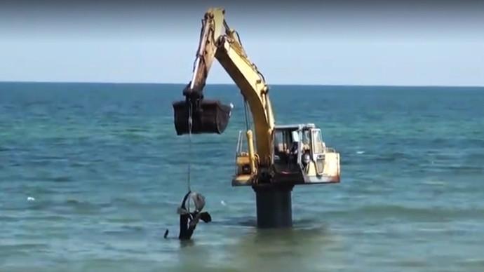 【眼界】挖机海底打捞竟然捞出的是这个!!!