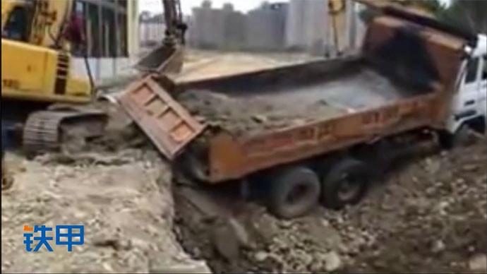 【眼界】天旋地轉的一個視頻!兩個挖掘機上一個卡車?