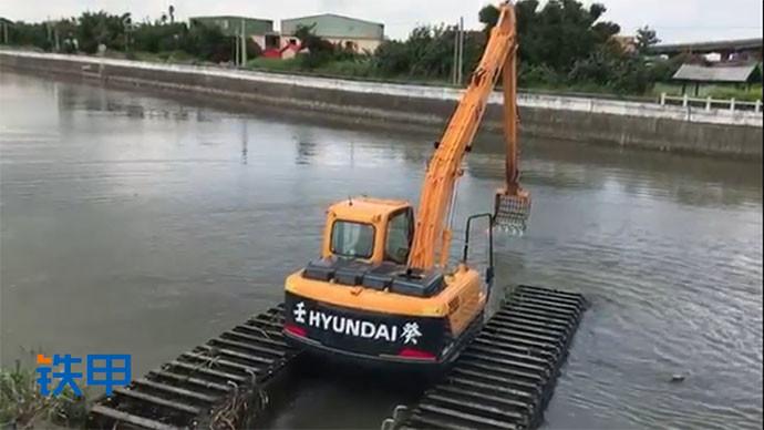 【眼界】现代挖掘机上演轻功水上漂