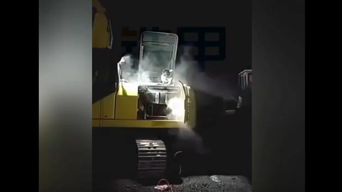 【甲友】累趴的挖机,深夜里严重冒烟