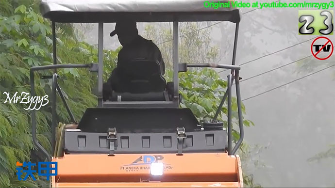 【眼界】大雾朦朦,沥青摊铺机在工作