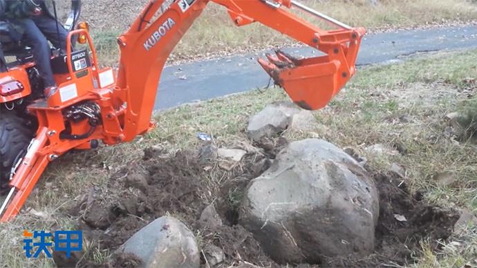 【眼界】八岁男孩开挖机挑战大石头 这技术也是没谁了