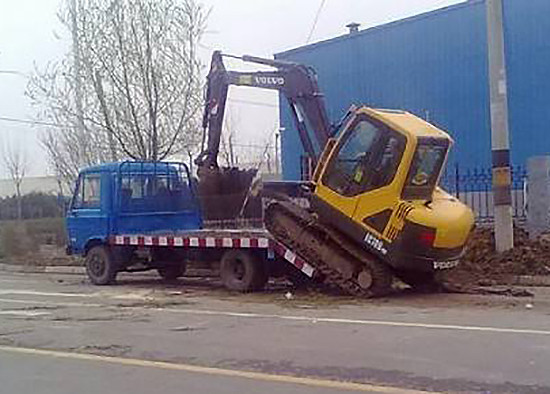 散户养车不容易, 挖掘机拖车省油小窍门