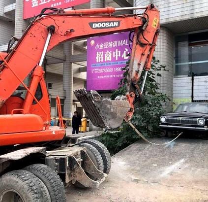 挖掘機清拖違停汽車,南京交警為挖掘機開辟新戰場