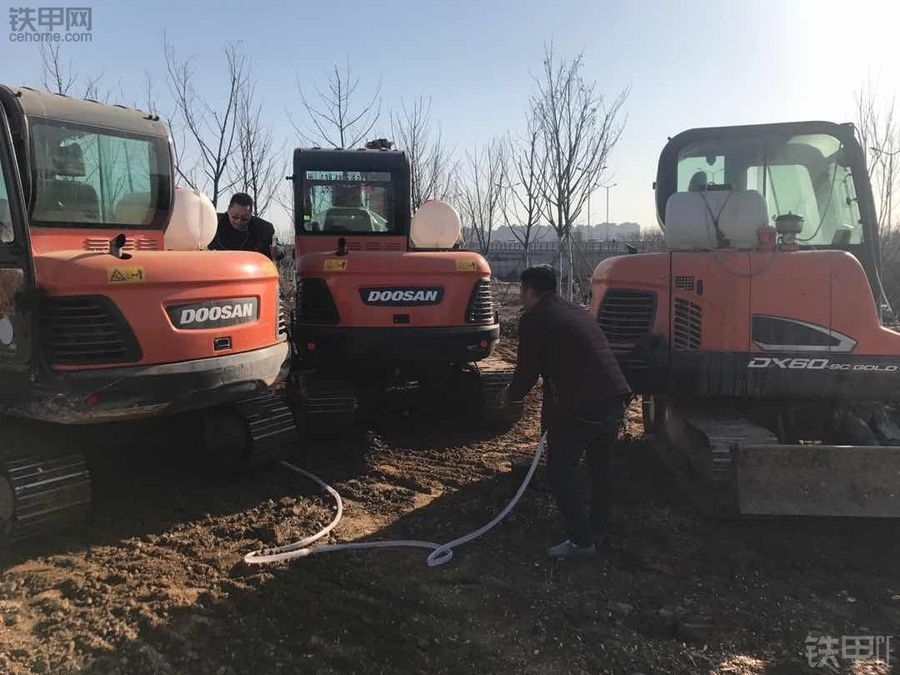 環保太嚴了,挖掘機被迫背上水桶干活!