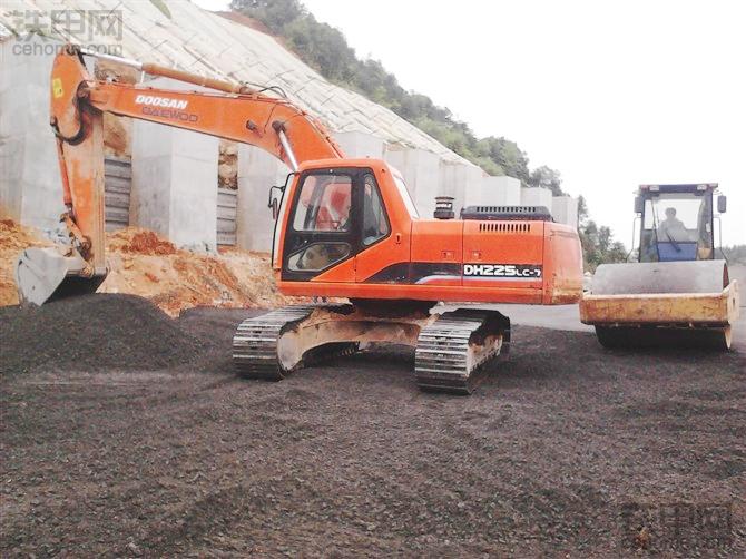 老司机支招:如何用挖掘机铺道路水稳层?