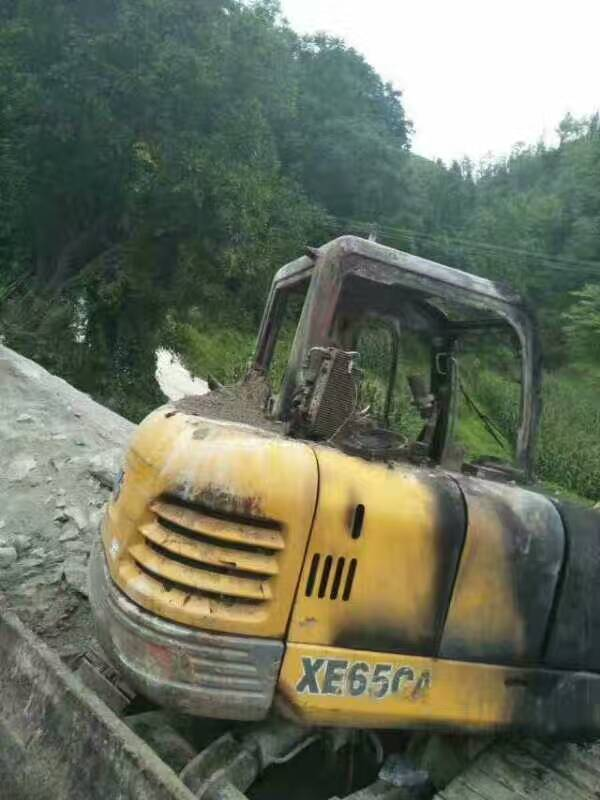好好的一台挖掘机,居然烧成这样?