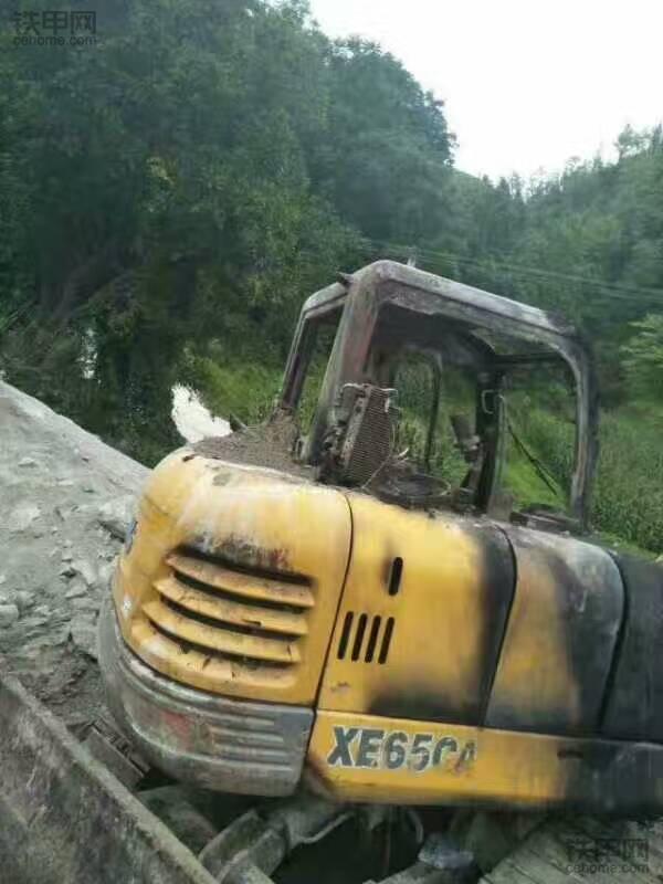 好好的一臺挖掘機,居然燒成這樣?