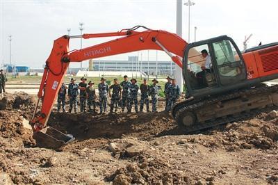 77名空軍士兵從藍翔技校畢業 開挖掘機是重要學習內容