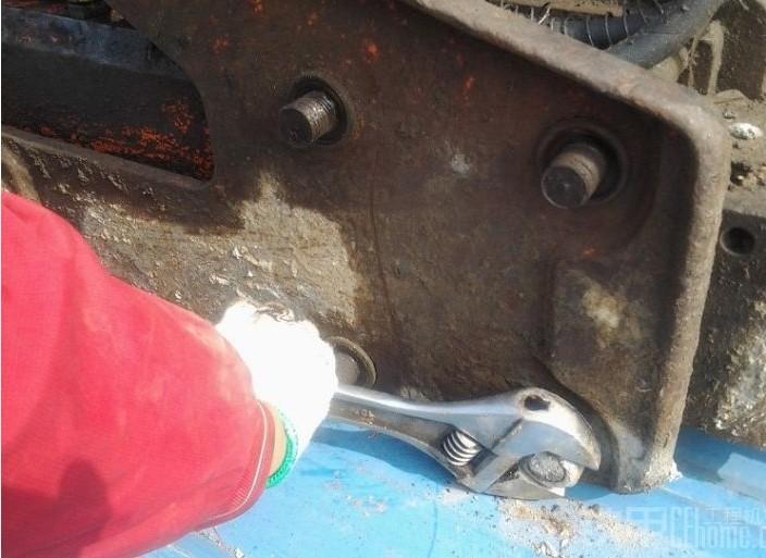 如何挖掘機破碎錘更換炮頭螺桿?