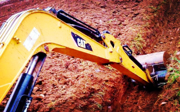 挖掘機老司機吐露關于挖溝的小妙招