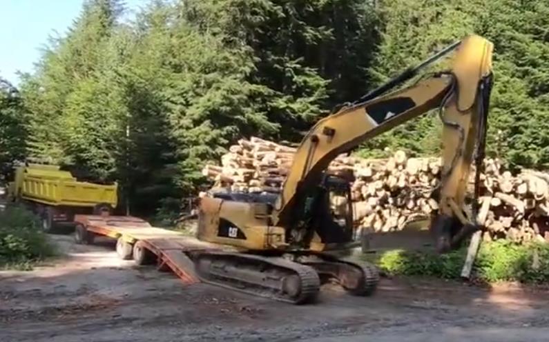 卡特挖掘机带着破碎锤来开山还是开路?一路干起杂活