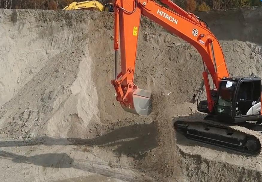 实拍:日立挖掘机挖土装车,装满之后还不忘帮忙抹平