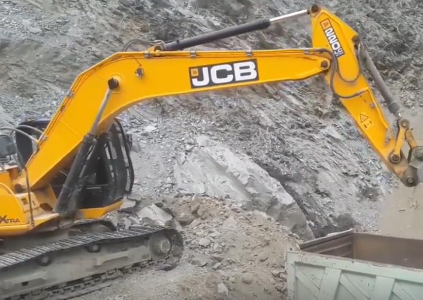 JCB挖掘机采石场装载碎石,挖机展示180度大旋转