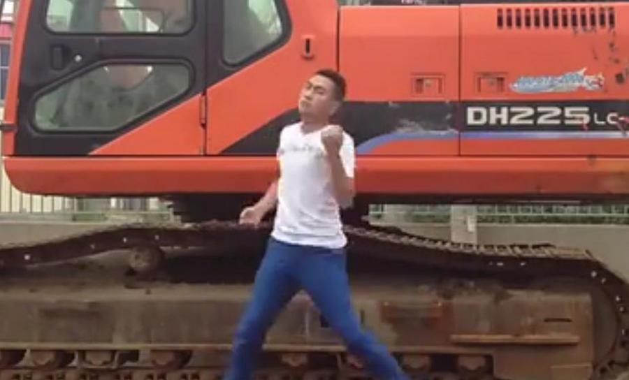 搞笑视频:小苹果挖掘机